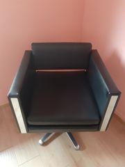 Schreibtischstuhl und drei Stühle