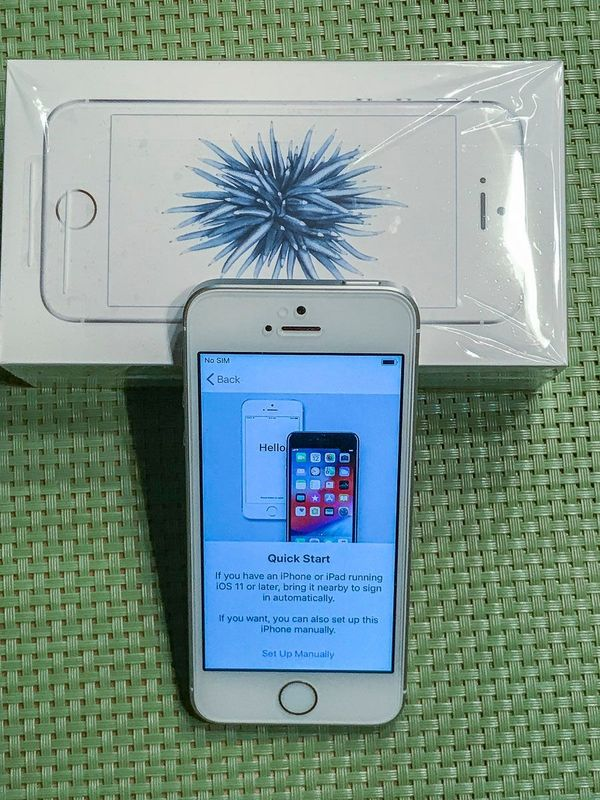 iPhone SE 64GB Silvergrau ohne