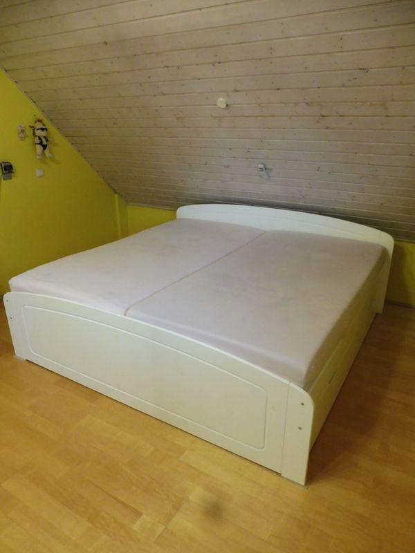 Schönes weißes Echtholzbett