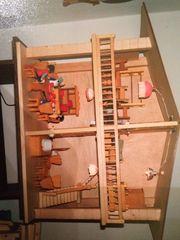 Großes Puppenhaus mit viel Möbel