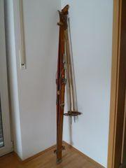 Sehr alte Ski mit Stöcken