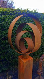 Abstrakte Garten kunst aus cortenstahl