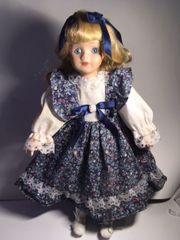 Porzellan Puppe blau mit Ständer