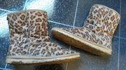 Stark getragene Leoparden Boots