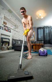 Junger Nacktputzer Und Diener Sucht