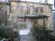 Turmhaus in mittelalterlichem Dorf im