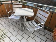 Bistrotisch mit passenden Stühlen