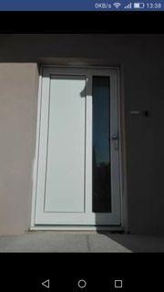 Weiße Haustür mit Glas