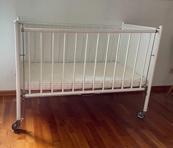 Gitterbett mit neuwertiger Matratze