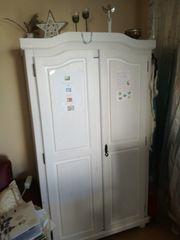 Kleiderschrank aus Holz weiß lasiert