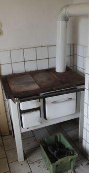 Küchenhexe mit Backofen Küchenofen heizt