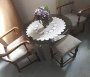 Gemütliche Sitzecke mit Glastisch
