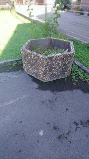 Blumentrog aus waschbeton-stein