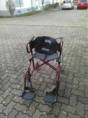 Rollator und Rollstuhl
