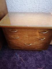 2 alte Nachttisch-Schränkchen mit Glasplatte