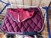 Rote Dressurschabracke mit 2 Hauben