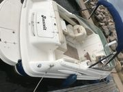 Motorboot mit Kajüte und Trailer