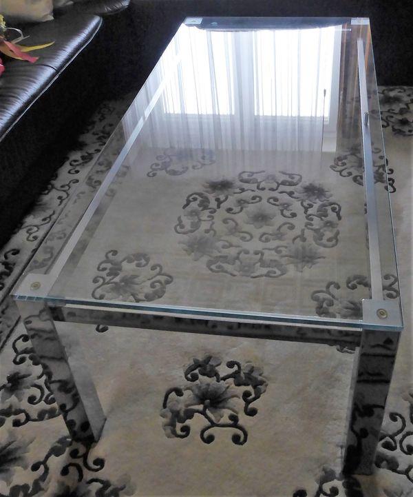Stabiler silberfarbener Couchtisch mit Glasplatte