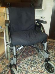 Rollstuhl ohne Fussstützen