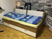 Bett mit viel Stauraum