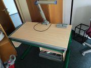 Schreibtisch für Kinder mit Lampe