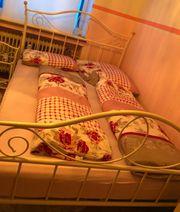 Bett in weiß mit nachtkommode