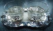 2 alte Teegläser auf ovalem Tablett