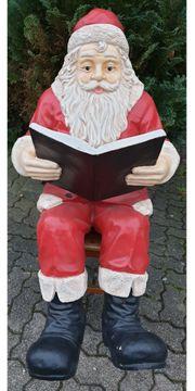 Weihnachtsmann mit Buch sitzend