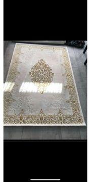 Teppich goldfarbig