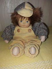 Süße niedliche Puppe mit Hosenträgeranzug