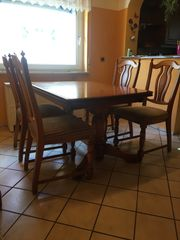 Esszimmertisch mit sechs Stühlen
