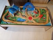 Holzeisenbahntisch mit Zubehör