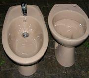 Toilettenschüssel und Bidet Schüssel gegen