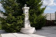 Wandbrunnen aus Beton mit Pumpe
