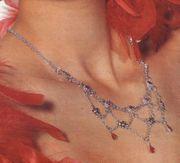 Halskette und kleine Ohrhänger im