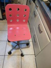 Roter Schreibtischstuhl höhenverstellbar auf Rollen