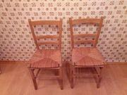 Zwei Holzstühle mit Flechtsitz