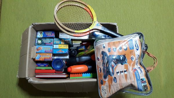 Kiste mit Flohmarktartikeln Kinder und