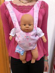 Babytrage mit Puppe und Töpfchen