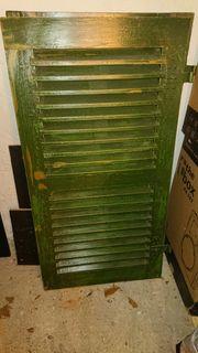 Zwei Klappläden grün Klappladen Türen