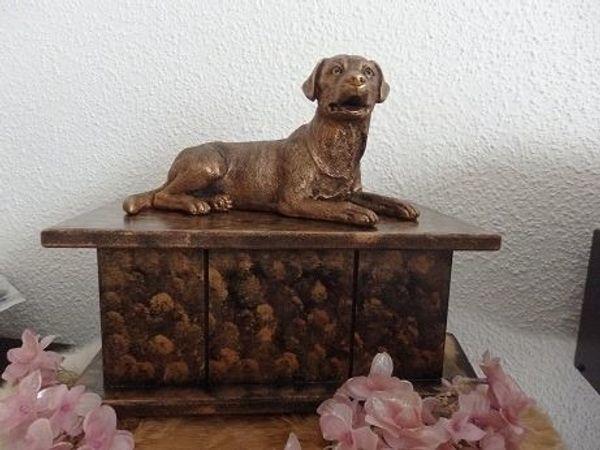 Labrador statue auf urne zum verkauf als set oder als einzelstatue.