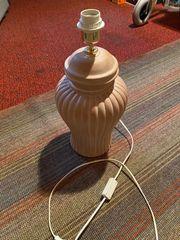 Terrakottafarbener Lampenfuss