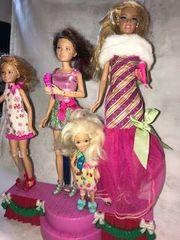 Barbies singend auf weihnachtlicher Bühne