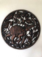 Rundes handgeschnitztes Elefantenbild aus Thailand