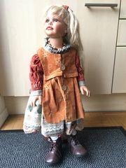 Sammler-Puppe auf Holzständer