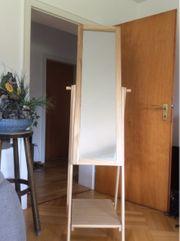 Schwenkbarer Standspiegel mit Holzrahmen