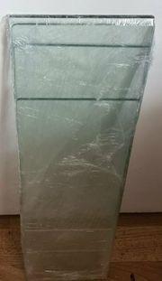 Glasplatten unterschiedlicher Länge mit Wandhalterung