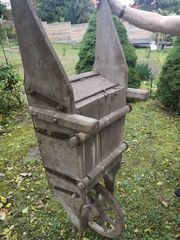 Antike uralte Holzschubkarre