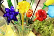 17 handgemachte langstielige Glasblumen und