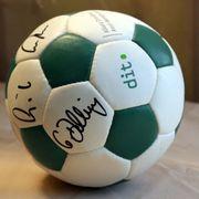 Original Fußball-Spielball mit Autogrammen Netzer